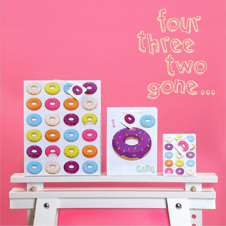 Bolsas de regalo con diseño de donuts de la colección comida rápida y frases para felicitar y regalar de una manera especial #donuts #bolsas #regalo