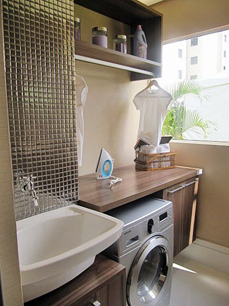 Área de serviço com a janela grande são de grande ajuda, ainda mais em apartamentos, assim o sol bate e ajuda a secar a roupa.