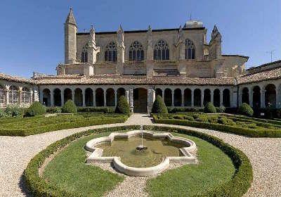 """L'église Notre-Dame est une église catholique située à Marmande, dans le département du Lot-et-Garonne, en région Nouvelle-Aquitaine. Le cloître et ses jardins classés """"Jardin remarquable"""" s'adossent au flanc sud de l'église gothique."""