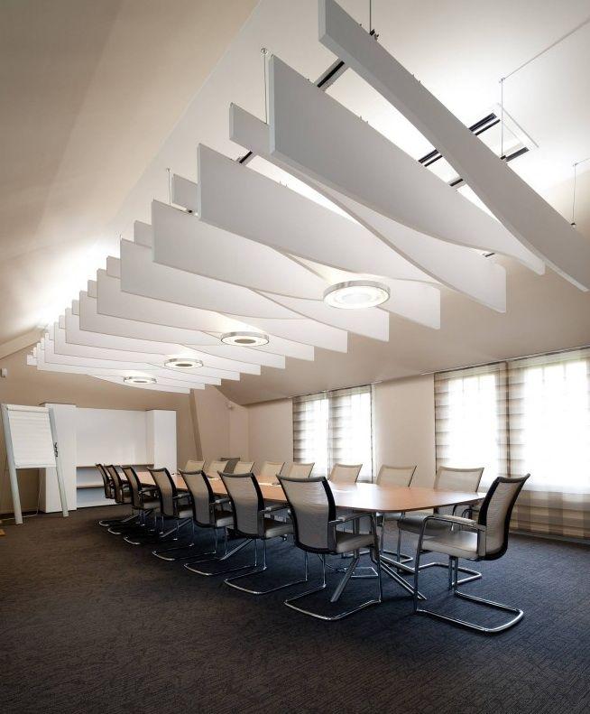 Sala de reuniones con sillas de dirección