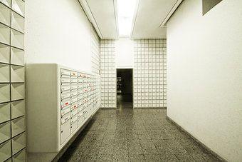 http://www.photocase.de/stock-fotos/187057-stock-photo-haus-kalt-hell-beruf-fliesen-kacheln-eingang.jpg