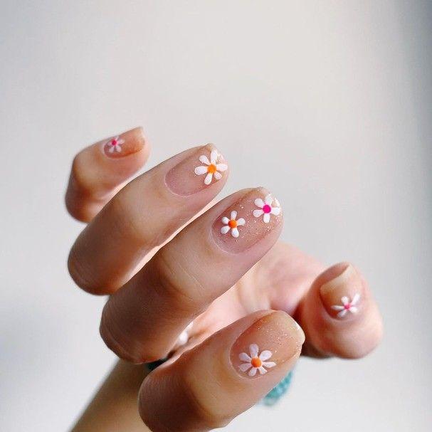 Bridgerton: unhas inspiradas na série fazem sucesso nas redes in 2021 | Daisy nails, Pretty nails, Floral nails