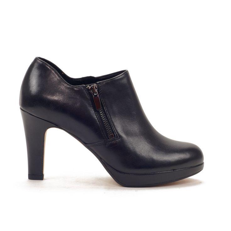 Zapato vestidor con plataforma de planta acolchada. Calce fácil con doble cremallera lateral.