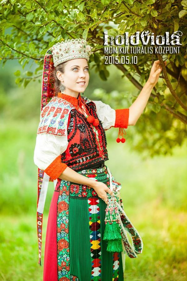 Török Tilla kalotaszegi népviseletben - folk singer, Tilla Török in hungarian kalotaszeg traditional costume Holdviola együttes - hungarian Holdviola band: Genre: electro - folk / world music