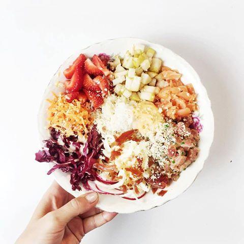 Cela fait quelque temps déjà que je suis sous le charme de la nouvelle tendance du sushi déconstruit communément appelé le Poke Bowl. À un point tel, que j'ai eu envie d'avoir MA recette exclusive (rien de moins!). De ce fait, j'ai demandé à Geneviève Everell, fondatrice de Sushi à la maison, si elle voulait …