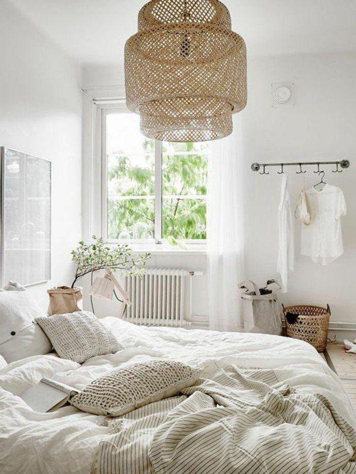 1 lustre design en rotin murs blancs couverture de lit beige coussins champagne idee deco chambre complete ado