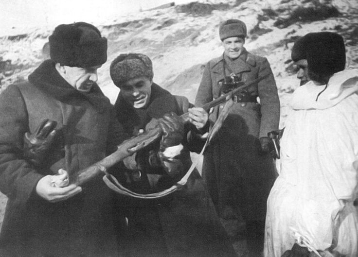 The Commander of the 5th Army 62 Chuikov (left) and member of the military Council Gurov talk with legendary sniper and Zaitsev considering his rifle.Stalingrad 1943