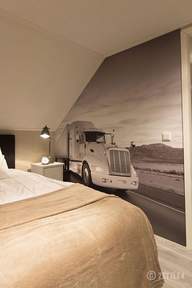 Slaapkamer met vrachtwagen Help mijn man is klusser.  Truck in bedroom.