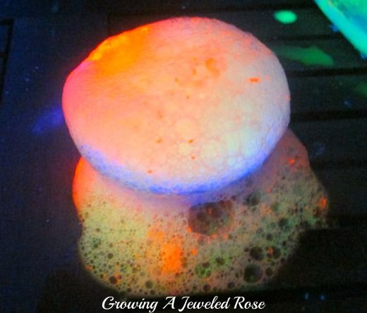 Do your little ones love the baking soda and vinegar trick?  Why not make them glow?  Glowing volcanic eruptions- fun Science for kids