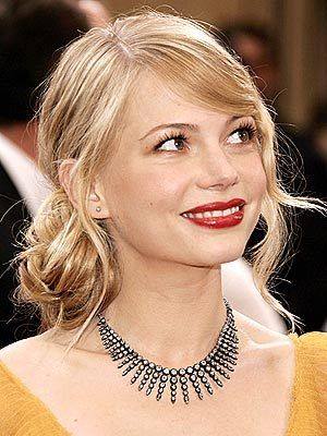 Michelle Williams at Oscars 2006... I prefer her with long hair and also with this lovely bun!