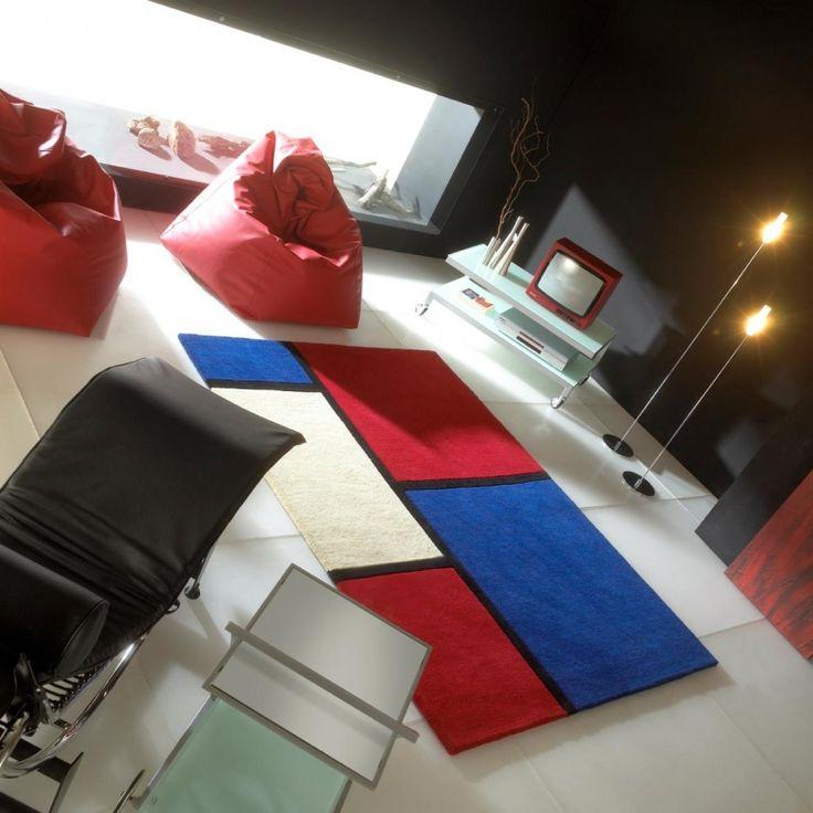 Tapis de luxe contemporain bleu et rouge Field par Carving Disponible sur www.inspiration-luxe.com #tapis #tapismulticolore #tapislaine #design #decoration #deco #cocoon #tapisdesign #carving