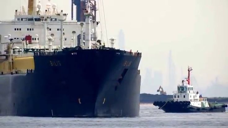 ⑦ タグボートと水先人の慎重な着桟操船