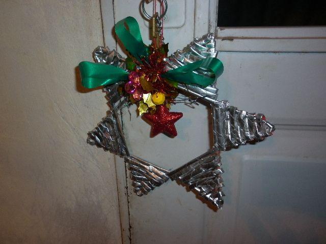 Estrella colgada de la puerta en cesteria con periodico