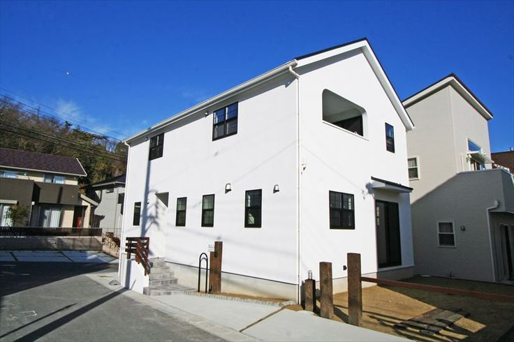 ジャストの家[公式] 黒い窓枠が引き締める白い塗り壁の家