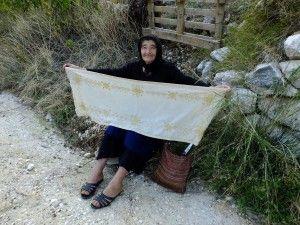 Η θειά Τασία (Αργυρού) μας δείχνει, περήφανα, το σεμέν που κεντάει.