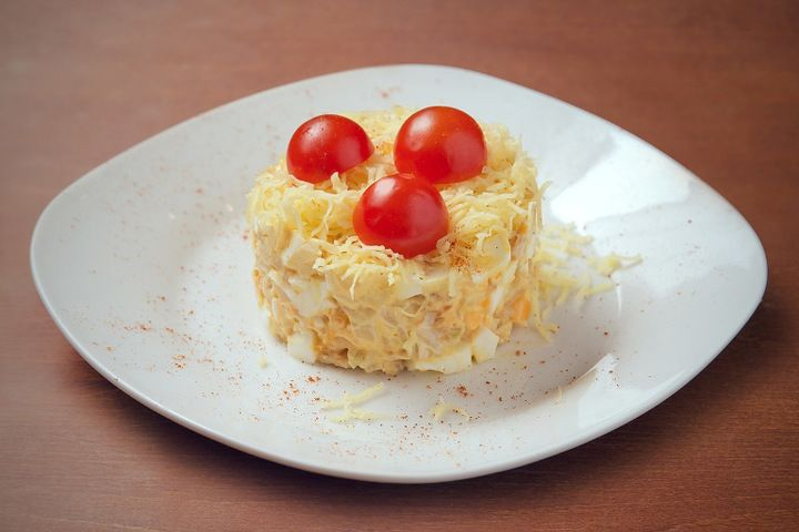 Салат из помидоров черри и курицы Подготавливем ингредиенты: черри 10-12 шт, куриное филе 2 шт, лук 1 шт, майонез, яйца куриные 2 шт, сыр (твердый), масло растительное, соль.Салат из помидоров че...