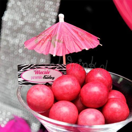 Smakowite kąski na wieczór panieński można przyozdobić personalizowanymi gadżetami, np. parasolką z etykietą :)