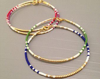 or 14k rempli fine bracelet avec perles délicates minimaliste bracelet bracelet en or délicats pile bracelet fine bracelet en or  ✴✴✴ LIVRAISON GRATUITE DANS LE MONDE ENTIER ✴✴✴  Détails : -Miyuki delicas perles de verre... Chaque perle mesure 1.6mmx1.35mm long (trou à trou). -Conclusions dor GOLD FILLED et Fermoirs, 24 doré métallique souple  Cette liste est pour un remplissage de l'or perles Bracelet. Ces bracelets de perles sont très fin et délicat, parfait pour les empiler, mais aussi…