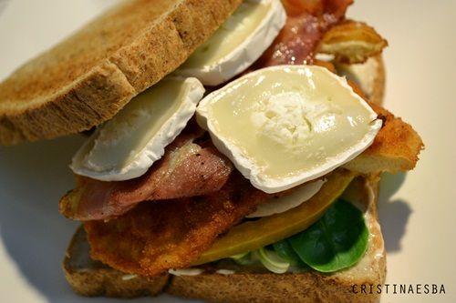 Sándwich de pollo rebozado, bacon y queso de cabra