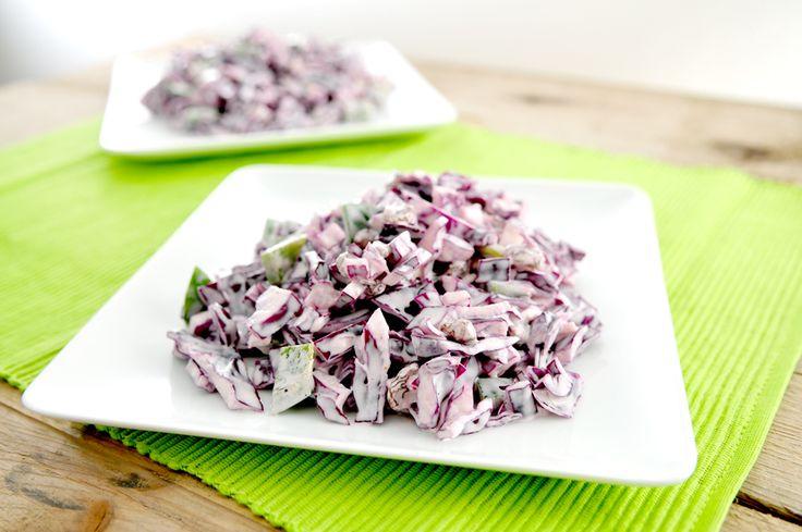 Een salade van rauwe groente is super gezond en voedzaam: alle vitamines en mineralen blijven optimaal behouden. Deze salade van rode kool heeft een lekker bite maar is ook een beetje romig. De rozijnen geven deze heerlijke salade een zoet tintje. Lekker als lunch voor twee personen, of als bijgerecht voor vier. Je kunt deze salade goed in een afgesloten bakje in de koelkast bewaren, hij is dan zelfs nog lekkerder dan als je 'm direct na bereiding eet.