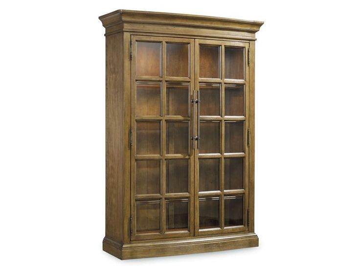 Стильная высокая витрина со стеклянными декорированными дверями.  •Стиль совремнный, классический. •Изготовлен из каучуконосного дерева твердой породы и березового шпона. •Богатая отделка из светлого дерева. •Отделка ручек: бронзовая. •Встроенное освещени...             Материал: Дерево.              Бренд: Hooker Furniture.              Стили: Классика и неоклассика.              Цвета: Коричневый.