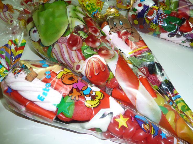 bolsas cónicas de distintos tamaños rellenas de golosinas