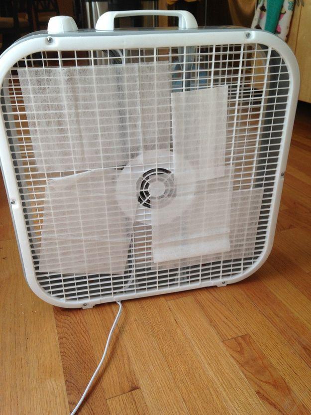 Um ventilador e algumas folhas do secador destinkify rapidamente um quarto posto. | 21 Brilliant Solutions To Life's Awkward Problems
