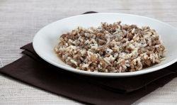 ΥΛΙΚΑ  3 φλιτζάνια βρασμένο ρύζι  200γρ άπαχο κιμά  1 φρέσκο ψιλοκομμένο κρεμμύδι  200γρ ψιλοκομμένες ντομάτες, φρέσκιες ή κονσέρβας  1 πράσινη πιπεριά κομμένη σε μακρόστενες λεπτές φέτες  ½ κουταλάκι του γλυκού σκόνη μουστάρδας  1 κοφτό κουταλάκι αλάτι  ½ κουταλάκι του γλυκού πιπέρι  1 κουταλιά σούπας ελαιόλαδο
