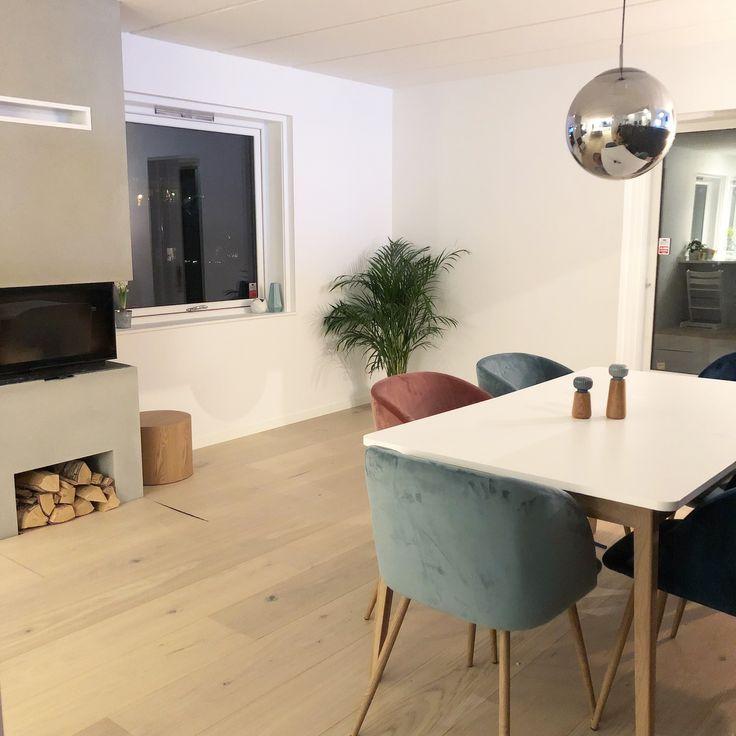 Snart fyr i peisen og litt vin! #ball #oakfloor #søstrenegrene #velvetchair #fløyelsstol #fløyel #velvetlove #aqua #fireplace #peis #diningroom #interiordesign #loveourhouse @sostrenegrene