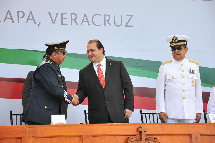 El gobernador Javier Duarte de Ochoa momento de su llegada al saludar a las autoridades militares presentes para dar inicio a la ceremonia cívica por el 164 aniversario de la Batalla de los Niños Héroes de Chapultepec