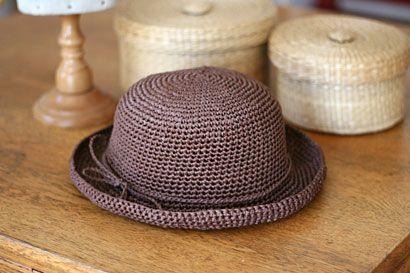 街ユースな、つば狭・浅型タイプのこじんまりとした帽子を作ってみました。 頭まわり54cmくらいで、マニラヘンプの糸で編んでいます。 この帽子のテーマは、いろいろなアレンジができること。写真のようにリバティのバイアス布で飾ったり、形を変えたりしても♪ レース糸で編んだブレードをつけたり、コサージュをつけたりしてもいいかなと思います。