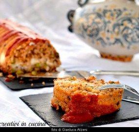 In Sicilia lo chiamiamo timballo di riso al forno, e ha una versione estiva (con le melanzane e la salsa di pomodoro semplice) e una invernale (con il ragù). In comune ci sono sempre provola, pisel…