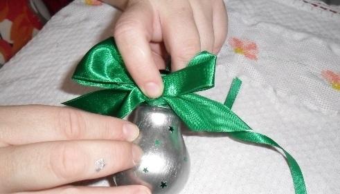 Como hacer manualidades navideñas con focos :lodijoella