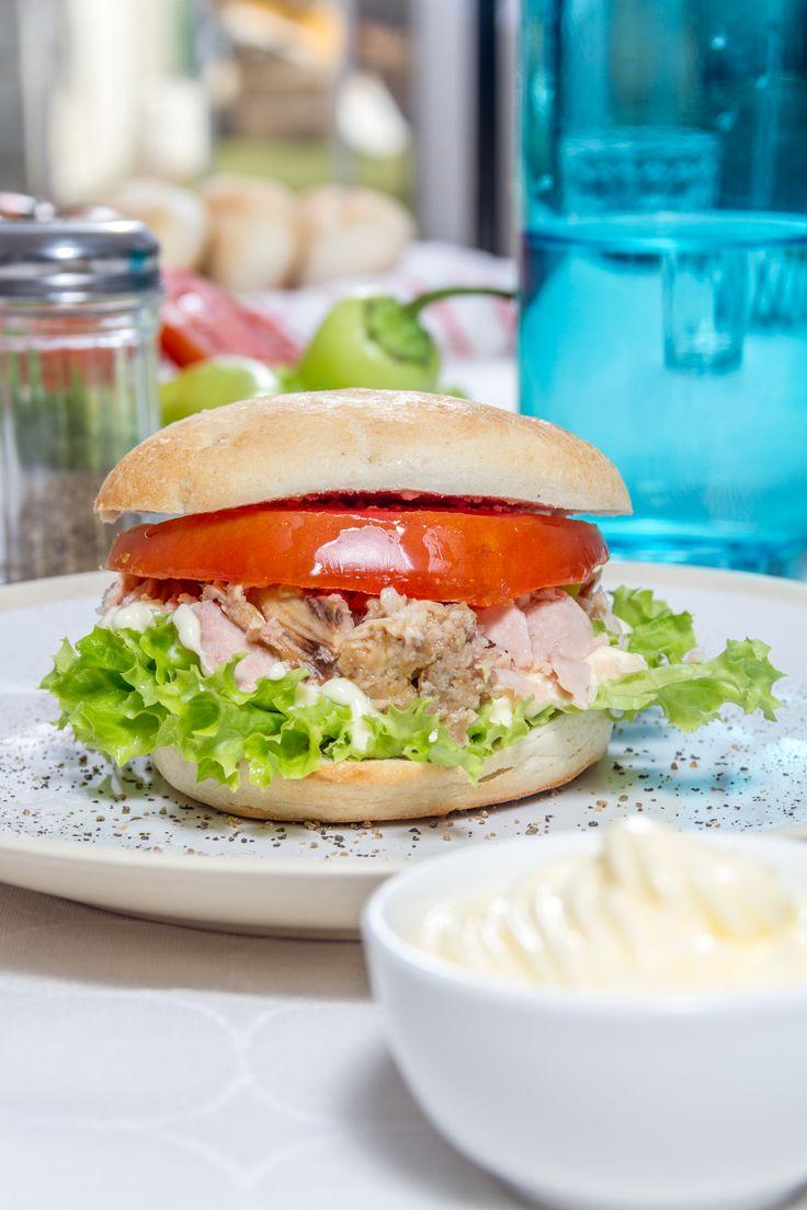 Una tarde relajada se merece un exquisito snack. Prepárate un rico sandwich con pan amasado HOME BAKERY de BredenMaster