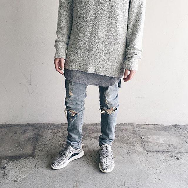 Long Chandail gris / blanc  Dessou long t-shirt gris  Jeans bleu déchiré  Basket gris Adidas ou Converse