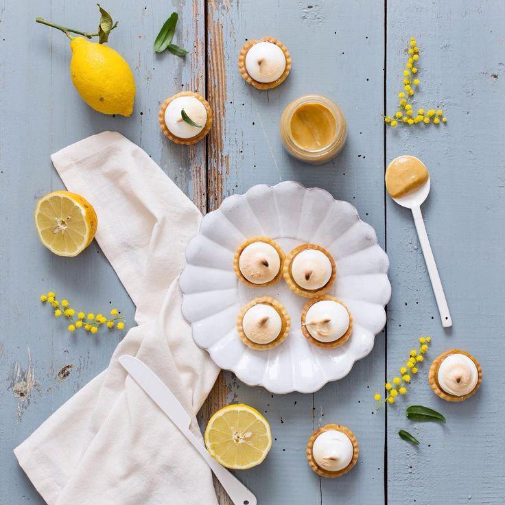 """""""Le petit-dej tardif avec les tartelettes au citron que j'ai fait pour mon anniversaire hier! Oui le lemon curd est un peu foncé, c'est parce que j'utilise…"""""""