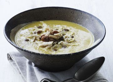 Skøn sødlig karrysuppe med masser af smag. Riv kyllingekødet i fine trevler, når det er kogt. Du kan også bruge det i en salat og spise suppen uden kød