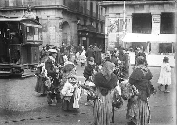 Voy a ir a la Plaza Mayor a comprar unas gallinas para la cena ¿alguien quiere? (Foto de 1909) #madrid pic.twitter.com/TOWPKNuoG3
