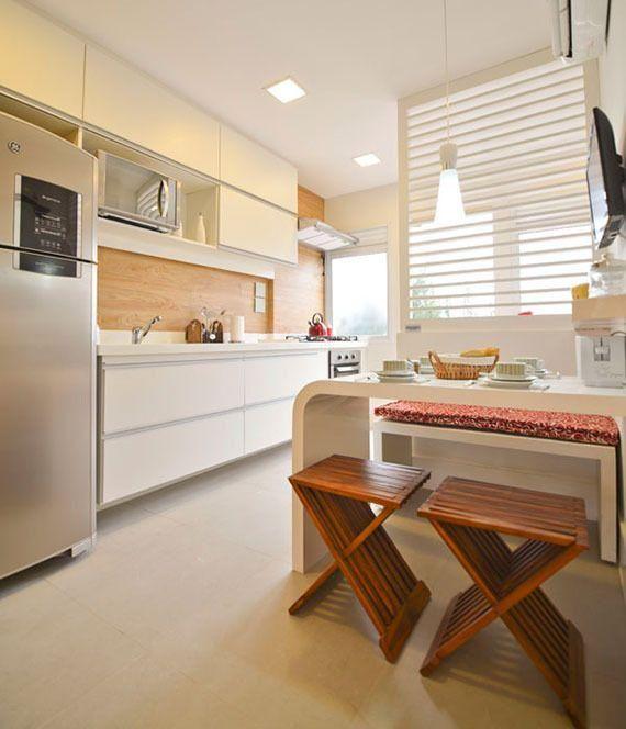 Piso de porcelanato com efeito fosco  Os tipos de piso de porcelanato mais indicado para colocar na cozinha é o esmaltado, o acetinado e o natural. Esses tipos são mais fáceis de limpar, é resistente a água, não gruda gordura, e podem duram a vida inteira se bem conservado