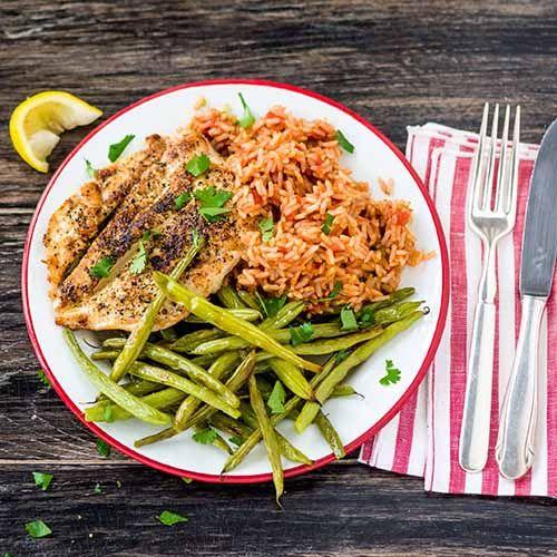 Knuspriges Schweineschnitzel mit cremigem Gurkensalat und Kartoffel-Wedges aus dem Ofen Rezept | HelloFresh
