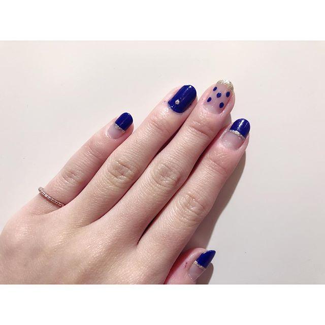 、 好きな色で性格が分かるとか 見えてなくても体に触れてる色が 性格に影響するとかいう話に 興味をもって青ネイル💅💙 (爪なら視覚にも影響するしW効果) 、 青が与える影響は慎重、真面目 冷静な判断 、 そのおかげもあって(?) 今週はほぼ定時退社してるよ⭐️笑 、 #セルフネイル #青 #心理的効果 #青ネイル #💙