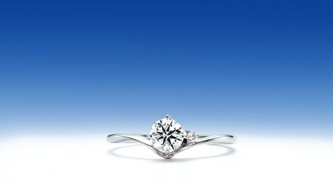 羽白星「はじろほし」    その昔、白く美しく輝く金星を羽白星と呼びました。  夜を彩る美しい羽白星(金星)は、世界各国で「女性名」が当てられていることが多い。  羽白星の伝説の衛星「ネイト」をメレダイヤで、そして優しい女性像そのものがセンターダイヤを囲む美しいラインで表現されています。