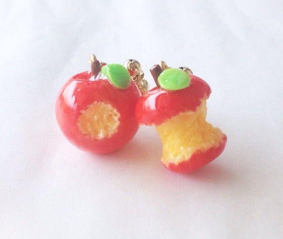 小さくて美味しそうなツヤツヤ蜜りんごが、耳元でゆ~らゆら。1個はかじりかけ、もう1個は美味しくて食べすぎちゃってます・・・左右で違った表情をお楽しみいただけま...|ハンドメイド、手作り、手仕事品の通販・販売・購入ならCreema。
