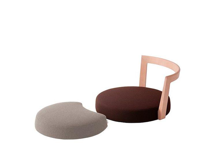 回転機能がある低座椅子MAWARIZA 回座です。立ち座りや向きを変えるのに重宝します。AWASEZA 合座をオットマンとして足を投げ出してリラックスできます。 デザイナー:小泉誠...