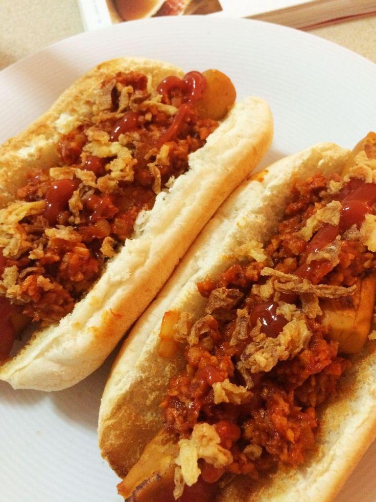 Adaptación de la versión tradicional del auténtico perrito de puestos de comida de EEUU... un perrito caliente cubierto de una generosa ración de chile con carne picante y adornada con cebolla crud...
