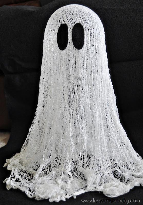 DIY Halloween : DIY  Floating {Cheesecloth} Ghost | Más info e ideas para #Halloween en ►http://trucosyastucias.com/decorar-reciclando/decoracion-halloween-casera #DIY #manualidades