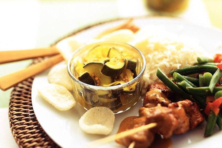 Zoetzuur van courgette. Een heerlijk bijgerecht bij vlees of bij de Indische maaltijd. De in het recept genoemde bos selderij laat ik er uit. .