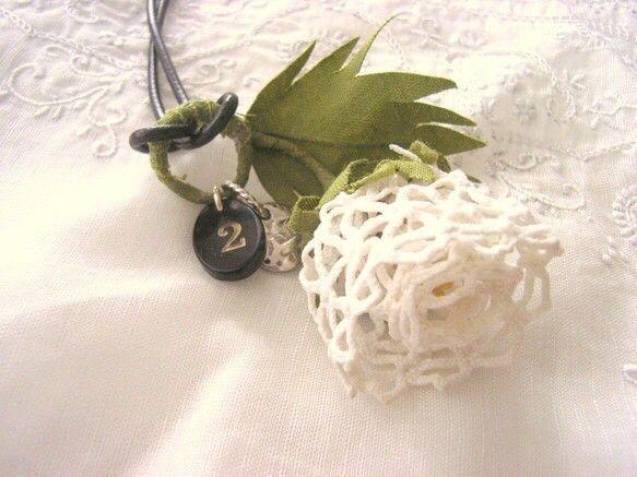 手編みのようなアンティークレースを使ってお花を作り、カジュアルにも使えるように革ひもを通してロングネックレスにしました。ホーンパーツのナンバープレートがアクセ...|ハンドメイド、手作り、手仕事品の通販・販売・購入ならCreema。