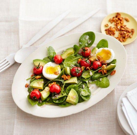 Spinatsalat mit Avocado und Ei: Bunt, knackig und voller Vitamine! Tomaten, Avocado, Spinat, Eier und Cashewkerne sind zusammen eine Wucht.