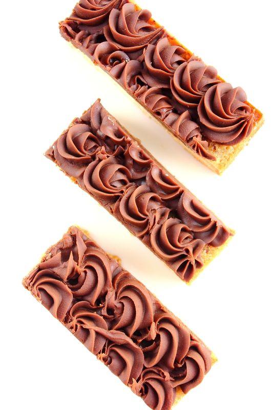 Ondulés noisette (pâte sablée aux amandes,crème pâtissière à la vanille, crème de noisette et ganache au chocolat au lait)